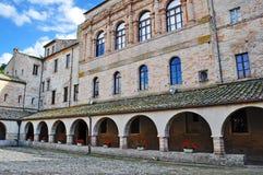 Säulengänge eines alten Gebäudes stockfoto
