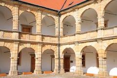 Säulengänge im Schloss in Moravska Trebova, Tschechische Republik Lizenzfreies Stockbild