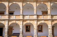Säulengänge im Schloss in Moravska Trebova, Tschechische Republik Lizenzfreie Stockbilder
