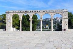 Säulengang auf dem Tempelberg und Kirche von Maria Magdalene, Jerusalem Stockfotografie