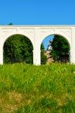 Säulengang des alten Yaroslav-Hofes am sonnigen Tag des Sommers in Veliky Novgorod, Russland Lizenzfreie Stockfotos