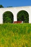 Säulengang des alten Yaroslav-Hofes am sonnigen Tag des Sommers in Veliky Novgorod, Russland Stockfotos