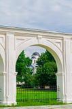 Säulengang des alten Yaroslav-Hofes und des St. Nicholas Cathedral am sonnigen Tag des Sommers in Veliky Novgorod, Russland Stockbilder