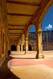 Säulengang in einer alten spanischen Festung Stockfotos