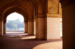 Säulengang mit arabischen Artbögen Lizenzfreies Stockfoto