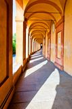 Säulengang San-Luca im Bologna, Italien Stockfotos