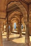 Säulenhalle des bernsteinfarbigen Forts, Jaipur, Indien Stockbild