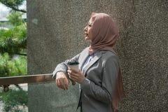 Sävlig nätt kvinnlig muslimkontorsarbetare royaltyfria bilder