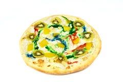 Słodka kolorowa pizza z kiwi, ser na białym tle obraz royalty free