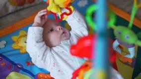 Słodki dziecko bawić się zabawki na dywaniku zbiory