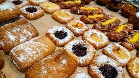 Słodkie babeczki na półce w piekarni zdjęcia royalty free