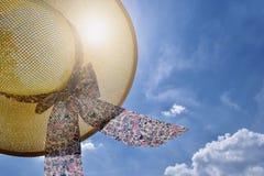 Słomiany kapelusz, niebieskie niebo, światło słoneczne - wakacje letni pojęcie, wolność, szczęście, podróżuje obrazy stock