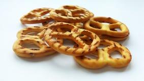 Słonego crispy krakersu mini precle na białym tle obraz royalty free