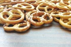 Słonego crispy krakersu mini precle na drewnianym stołowym tle obraz royalty free