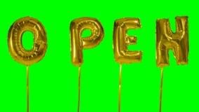 Słowo otwarty od helowych złotych balonowych listów unosi się na zieleń ekranie - zbiory wideo