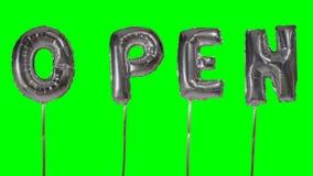Słowo otwarty od helu srebra balonu listów unosi się na zieleń ekranie - zbiory wideo