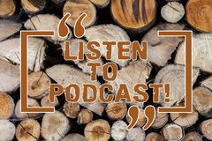Słowo pisze tekscie Słucha Podcast Biznesowego pojęcie dla serii cyfrowy audio lub wideo kartoteki które użytkownika ściąganie zdjęcie stock