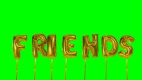 Słowo przyjaciele unosi się na zieleń ekranie od helowych złotych balonowych listów - zdjęcie wideo