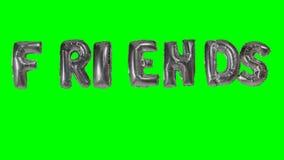 Słowo przyjaciele unosi się na zieleń ekranie od helu srebra balonu listów - zbiory wideo