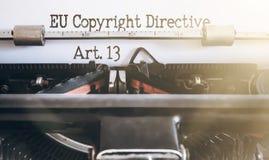 Słowo UE Copyright zarządzenia artykuł 13 pisać na rocznik maszynie do pisania zdjęcia stock