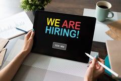 Słuchamy, zatrudnienie, rekrutacja, HR zarządzania pojęcie na przyrządu ekranie zdjęcie royalty free