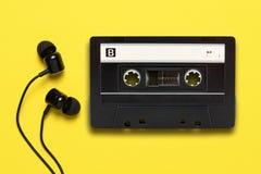 Słuchawki i audio kaseta obraz stock