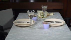 Słuzyć świąteczny stół w restauracji zdjęcie wideo