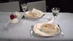Słuzyć świąteczny stół w restauracji zbiory wideo