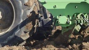 Sådd för jordbruks- traktor och odla vingårdfältet lager videofilmer