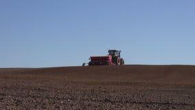 Sådd för jordbruks- traktor och odlafält stock video