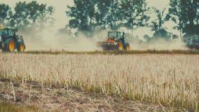 Sådd för jordbruks- traktor och odlafält arkivfilmer