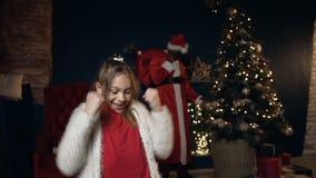 Såg den lyckliga flickan för lockigt hår Santa Claus nära julträd och start som hoppar som skrattar lager videofilmer