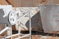 Sågande marmor Arkivbild