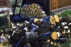 Sågat wood framme av huset Royaltyfria Bilder