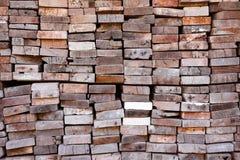 Sågverk med fullt av att klippa trälagret Fabrik och produktion Miljöbransch- och strukturbegrepp arkivbilder