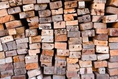 Sågverk med fullt av att klippa trälagret Fabrik och produktion Miljöbransch- och strukturbegrepp royaltyfri foto