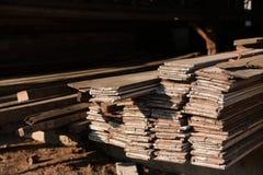 Sågverk med fullt av att klippa trälagret Fabrik och produktion Miljöbransch- och strukturbegrepp fotografering för bildbyråer