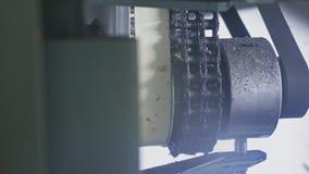 Sågverkcirkelsågmaskin Tillverkning av den plast- fabriken för vattenrör Process av plast- rör för danande på maskinen stock video