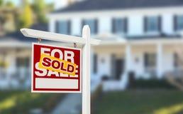Sålt hem- till salu Real Estate tecken framme av härligt nytt Ho royaltyfria foton