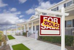 Sålt hem- till salu Real Estate tecken och hus Royaltyfria Bilder