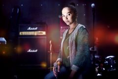 Sångare i en musikstudio med mikrofonen Fotografering för Bildbyråer