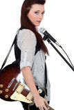 Sångare med gitarren Arkivbilder