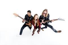 Sångare med mikrofonen och musiker med elektriska gitarrer som isoleras på vit Royaltyfri Fotografi