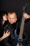 Sångare och gitarrist på den svarta bakgrunden royaltyfri bild