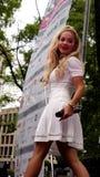 Sångare Rita Ora för platina för nummer 1 för auktoriserad revisor för UK-musikdiagram i en levande utomhus- kapacitet i Washingt Arkivbilder