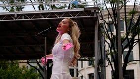 Sångare Rita Ora för platina för nummer 1 för auktoriserad revisor för UK-musikdiagram i en levande utomhus- kapacitet i Washingt Royaltyfri Bild