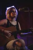 Sångare som öva med gitarren i nattklubb arkivfoto