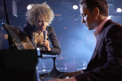 SångareAnd Pianist On etapp Arkivfoton