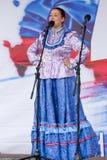 Sångaren av den ryska flickan för ryska folklåtar i nationell dräkt Fotografering för Bildbyråer