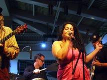 Sångaren av vägledningsmusikbandet Mindy Smokestacks sjunger in i mic Arkivbild